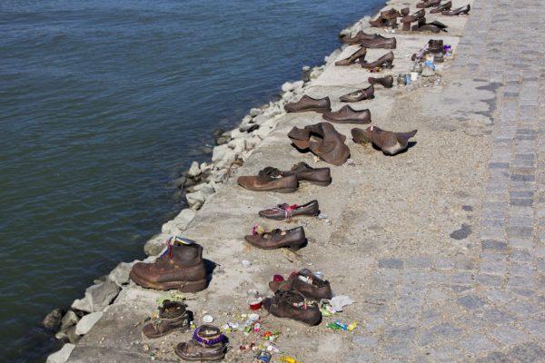 Мемориал «Туфли на набережной Дуная»